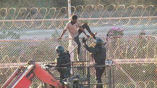 Centinaia di migranti entrano violentemente a Ceuta