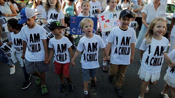 دولت آمریکا ۱۸۰۰ کودک مهاجر غیرقانونی را به خانوادههایشان بازگرداند