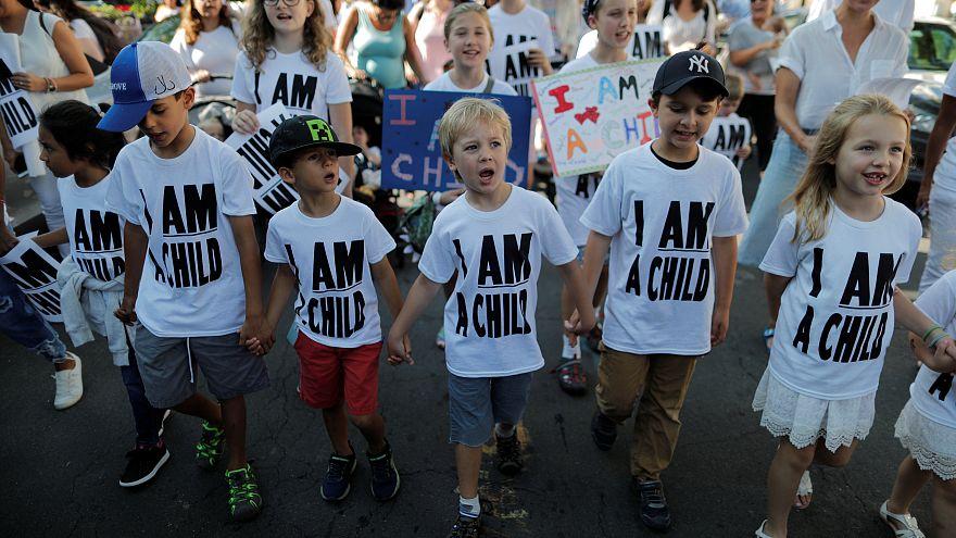 أطفال يتظاهرون لمطالبة ترامب بإعادة لم شمل أسر المهاجرين