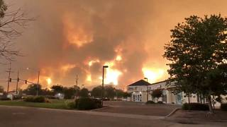 الدخان واللهب تتصاعد في في ردينغ، كاليفورنيا