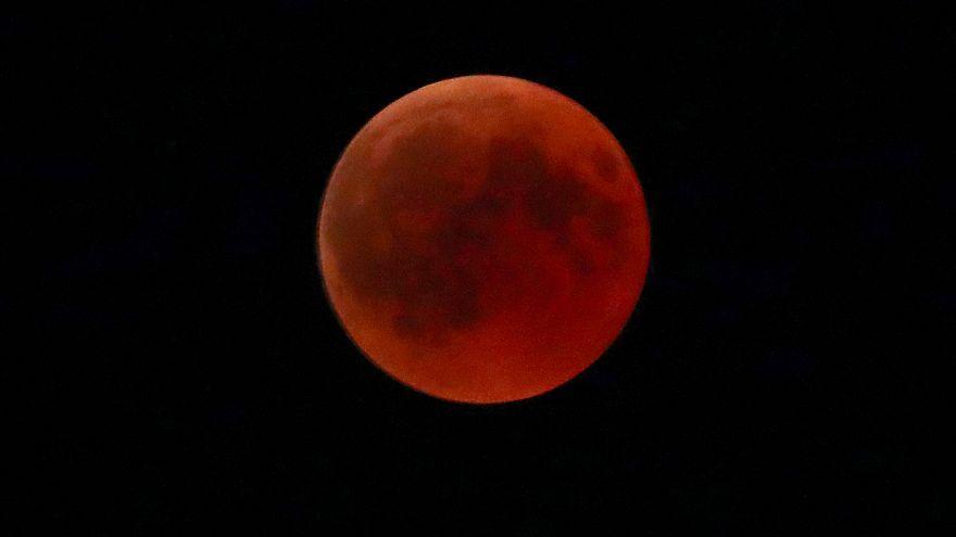 """""""Notte in rosso"""", le più belle foto dell'eclissi totale di luna"""