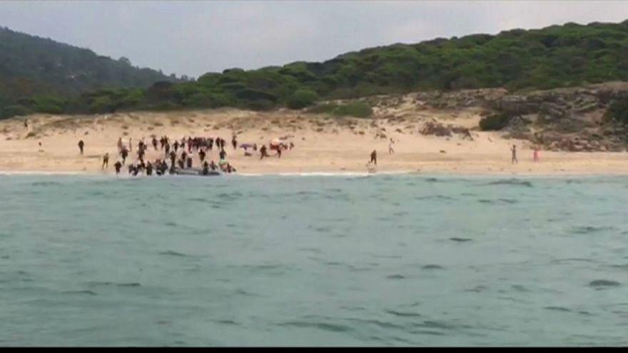 لحظه ورود ۳۰ مهاجر غیرقانونی به سواحل تفریحی اسپانیا