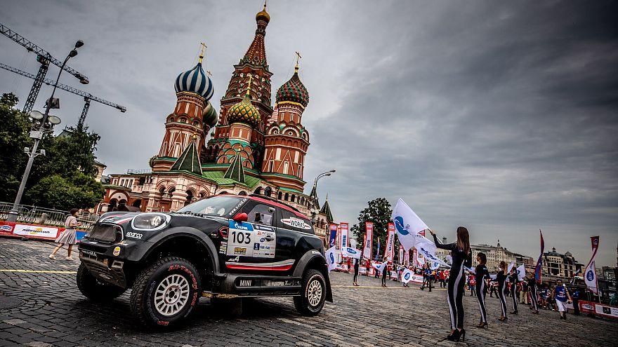 Das Auto mit der Nr.103 fährt über den Roten Platz