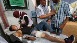 Filistinli doktorlar gösterilerde yaralanan bir çocuğu muayene ediyor