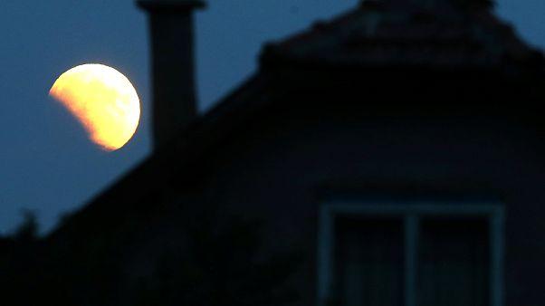 L'eclissi totale di Luna affascina il Pianeta Terra