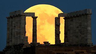 Το «ματωμένο φεγγάρι» μάγεψε τον κόσμο (φωτο)