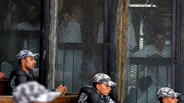 عدد من المشتبه بهم خلف القضبان في محكمة الجنايات بالقاهرة تحت حراسة أمنية