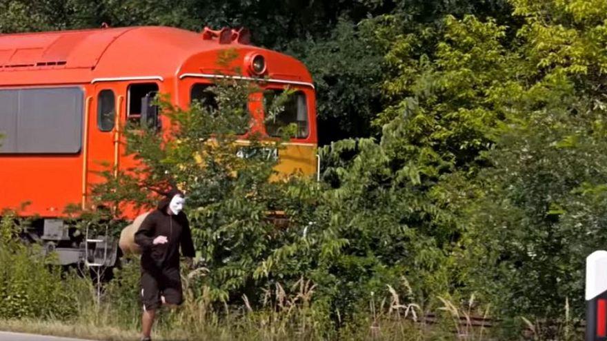 Protesto için salyangoz kıyafeti giyerek yavaş giden trenle yarıştı
