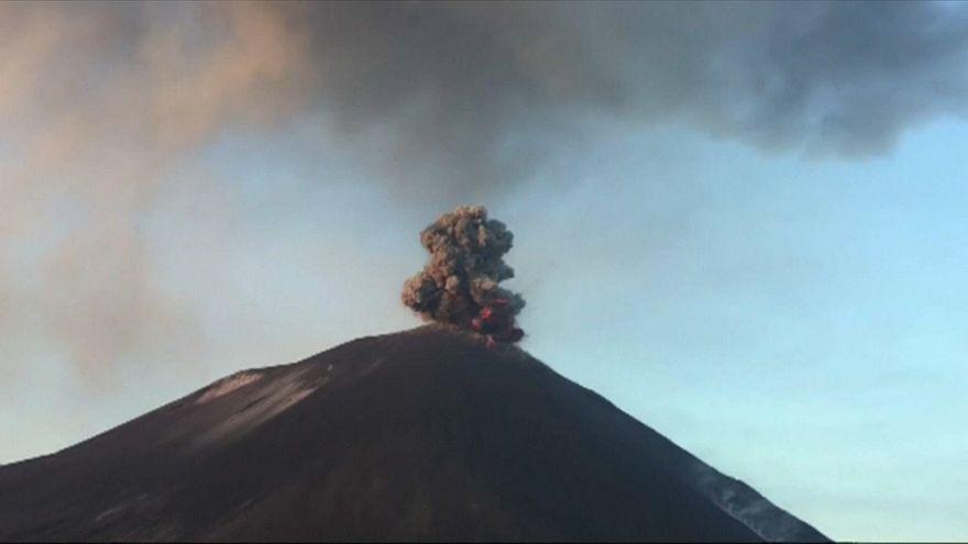 Vídeo espectacular mostra vulcão Anak Krakatau em erupção