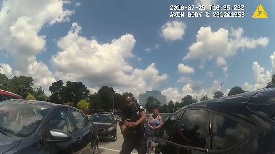 ABD: Polis araç içinde mahsur kalan bebeği camı kırarak çıkardı