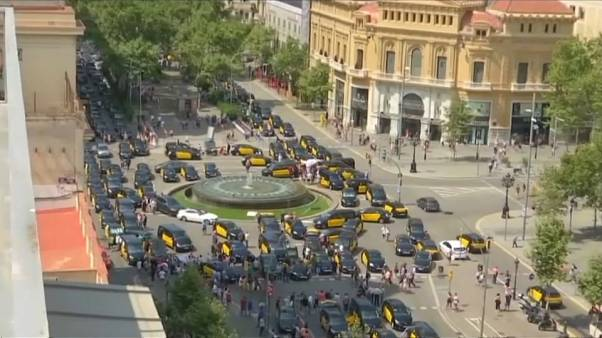 Motoristas de táxi de Barcelona em greve contra empresas como Uber e Cabify