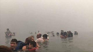 Fuga dramática para o mar no incêndio da região de Ática