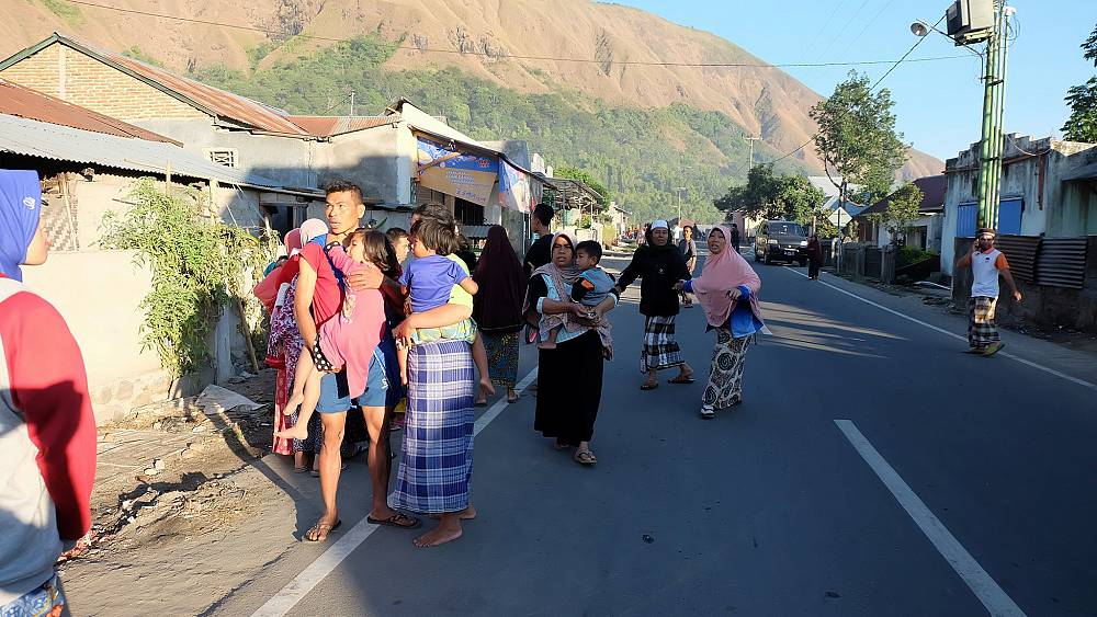 Earthquake hits Indonesia tourist island- killing 14