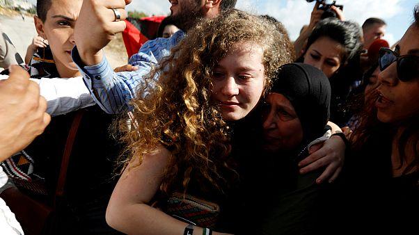 عهد التميمي بصحبة والدتها فور الإفراج عنها