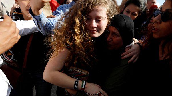 La joven Ahed Tamimi a su llegada a su aldea
