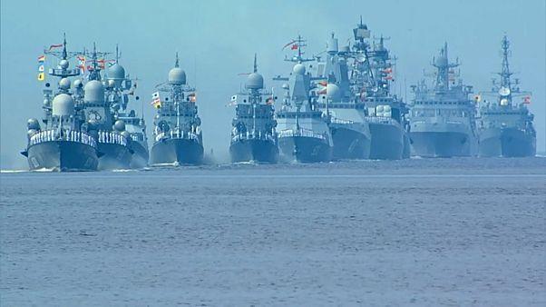 شاهد: روسيا تحيي يوم البحرية باستعراض أساطيلها في سان بطرسبرغ