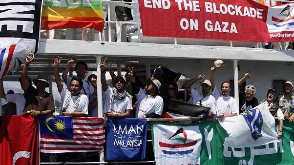"""زوارق حربية إسرائيلية تحاصر """"قافلة الحرية"""" وتقتاد سفن العودة إلى ميناء أسدود"""