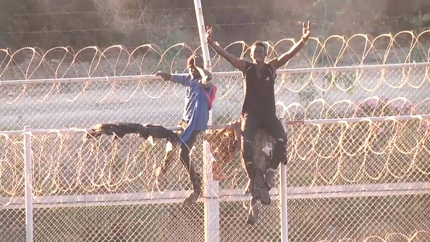 مئات المهاجرين الأفارقة  يصلون الأراضي الإسبانية عبر اجتياز السياج بين المغرب وسبتة