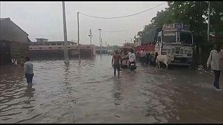 Hindistan'da muson yağmurları can almaya devam ediyor