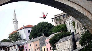 Bosnie : les traditionnels plongeons du pont de Mostar