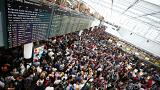 Nach Flughafen-Chaos: Feldbetten und viele offene Fragen