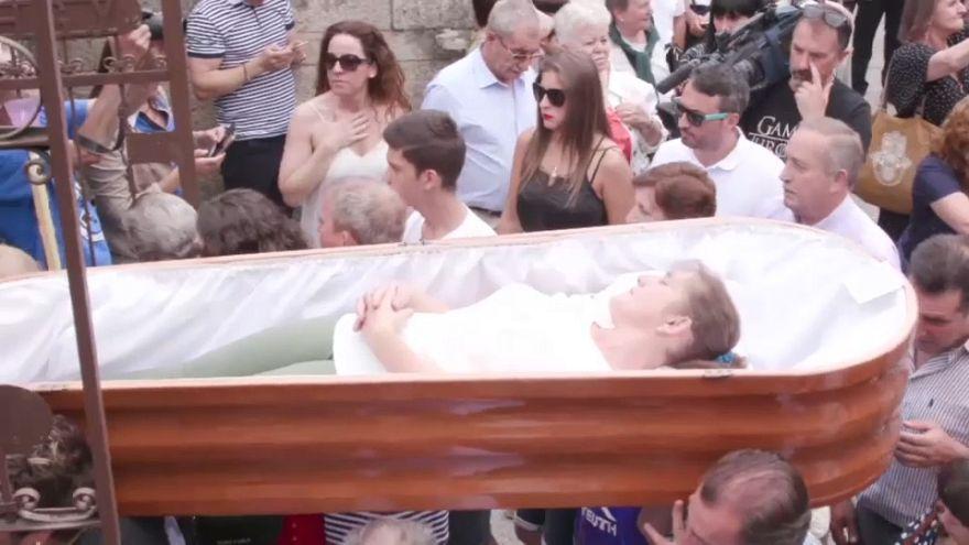 Los vivos hacen de muertos en esta popular fiesta