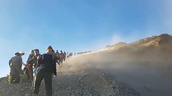 Alpinistas resgatados depois do sismo na Indonésia