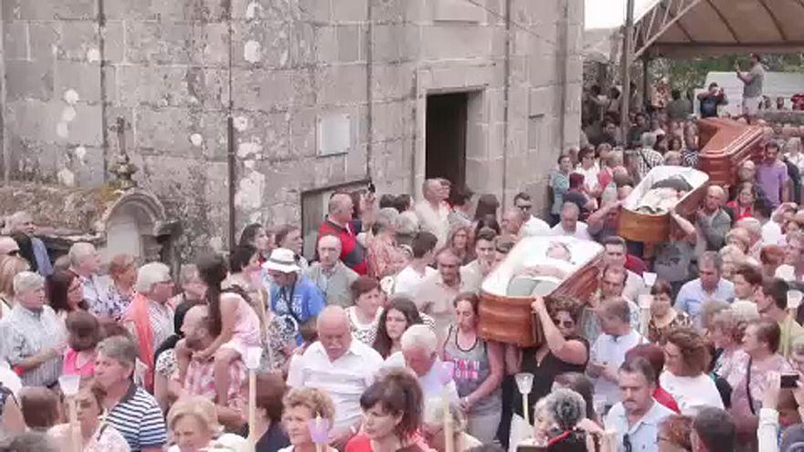 Procissão em Santa Marta de Ribarteme, Galiza, com pessoas em caixões