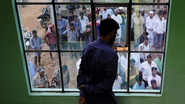 كيف تحولت رسائل كاذبة على واتساب إلى سبب لعمليات إعدام خارج القانون بالهند؟