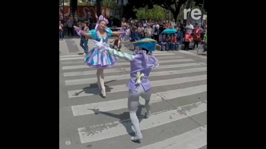 Bailarinas toman las calles de la capital de México