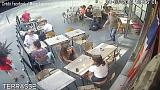 """شاهد: صفعها أمام المارة في باريس لأنها قالت له """"إخرس"""""""