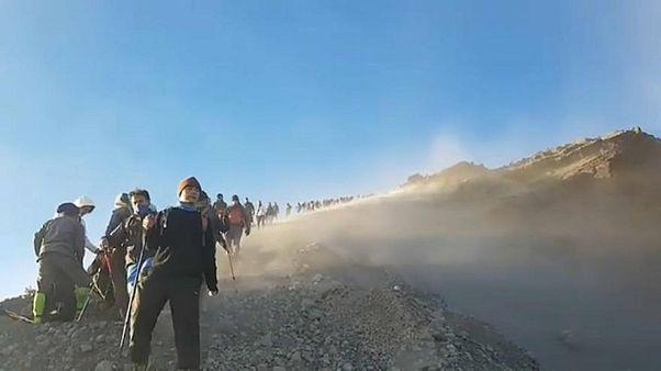 زمین لرزه اندونزی: بیش از ۵۰۰ کوهپیما گرفتار شدند