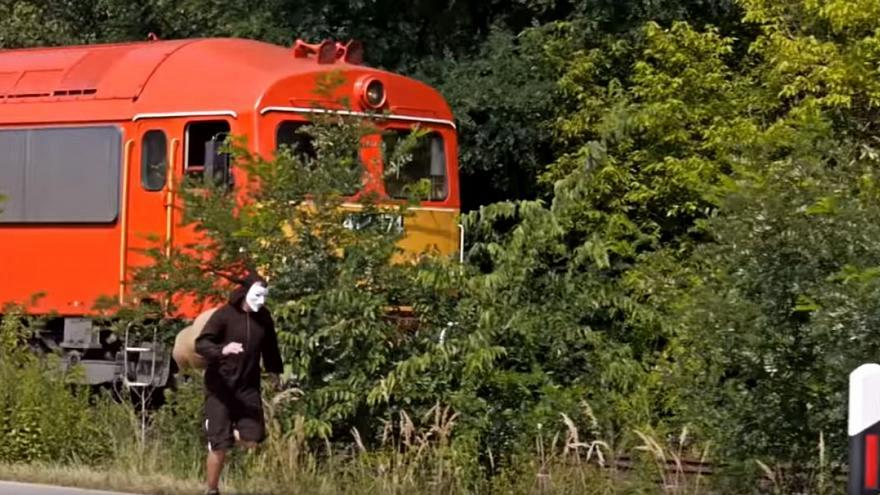 Ungheria, uomo travestito da lumaca gareggia (e vince) contro un treno