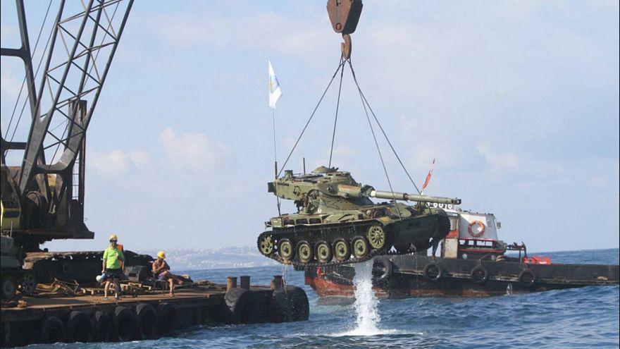 لبنان: ما سرّ رمي الدبابات العسكرية في البحر؟