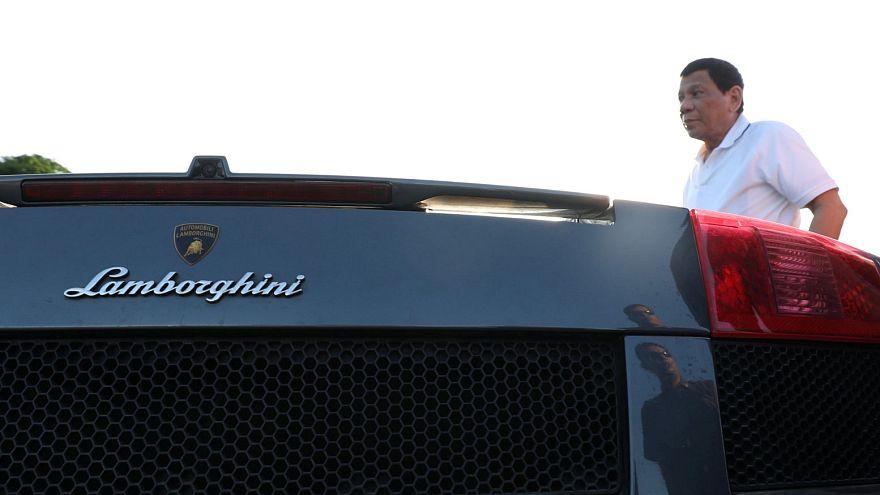 شاهد: دوتيرتي يشرف على تحطيم سيارات فارهة بقيمة 5.5 مليون دولار