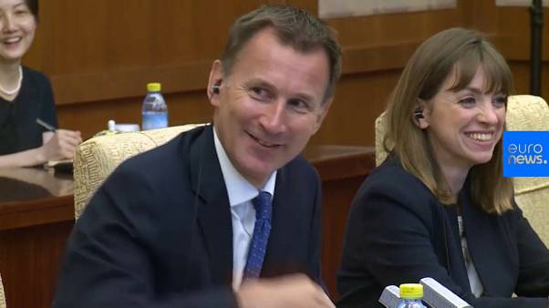 شاهد: لحظة نسيان وزير خارجية بريطانيا جنسية زوجته