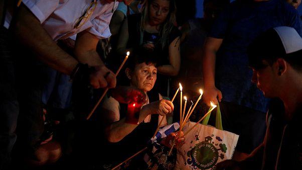 Gregos homenageiam vítimas do incêndio de Mati