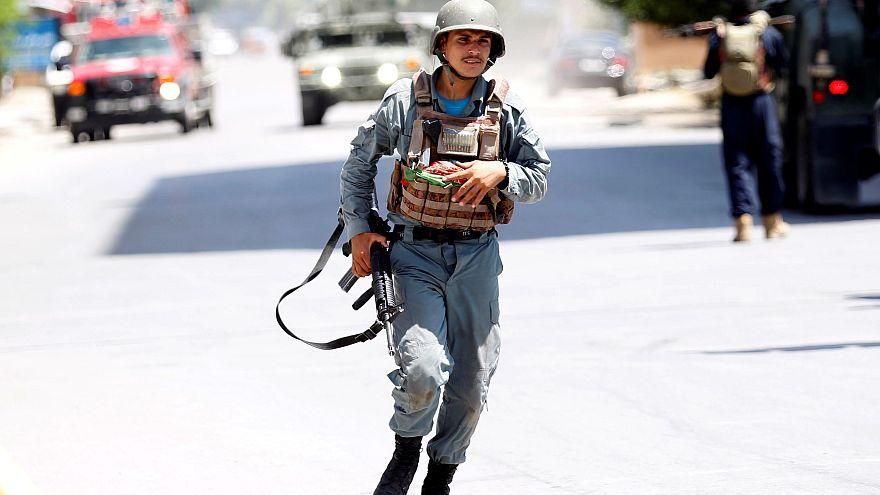 Ein afghanischer Polizist eilt zu einem der Orte, wo Feuer zu sehen ist