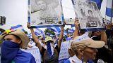 Tüntetők a zavargások során megölt diákok képeivel a kezükben Nicaraguában