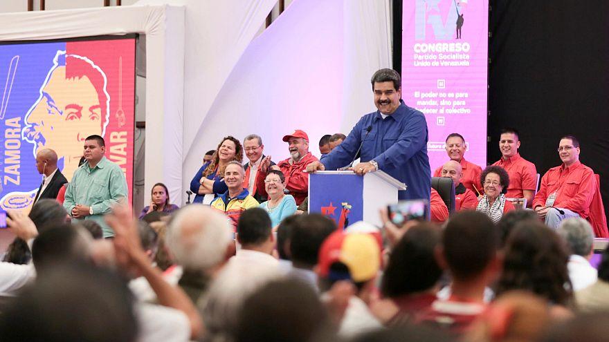 Maduro aclamado após apagão