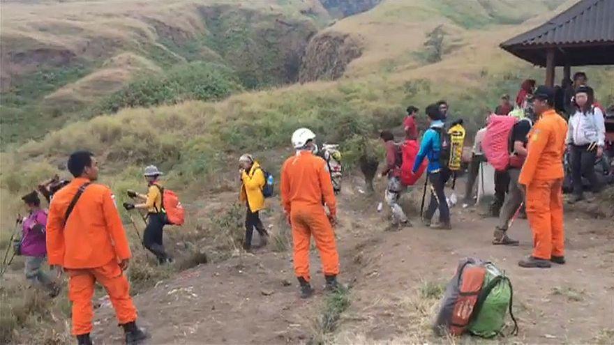 إندونيسيا : إجلاء مئات السياح العالقين في أحد الجبال بعد زلزال قوي