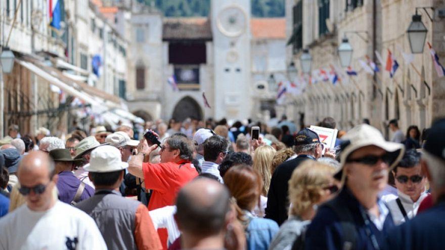 Yaz aylarında turiste boğulan Avrupa durumdan şikayetçi