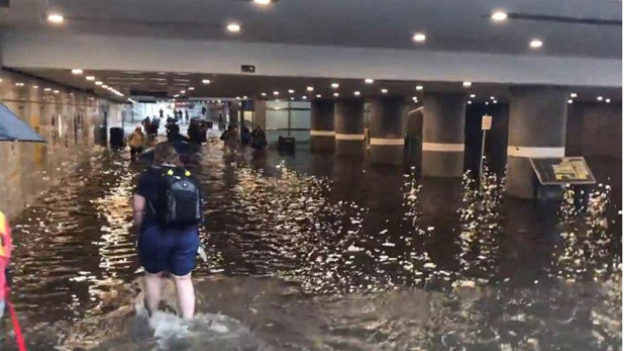 شاهد.. محطة مترو سويدية تتحول إلى بركة سباحة
