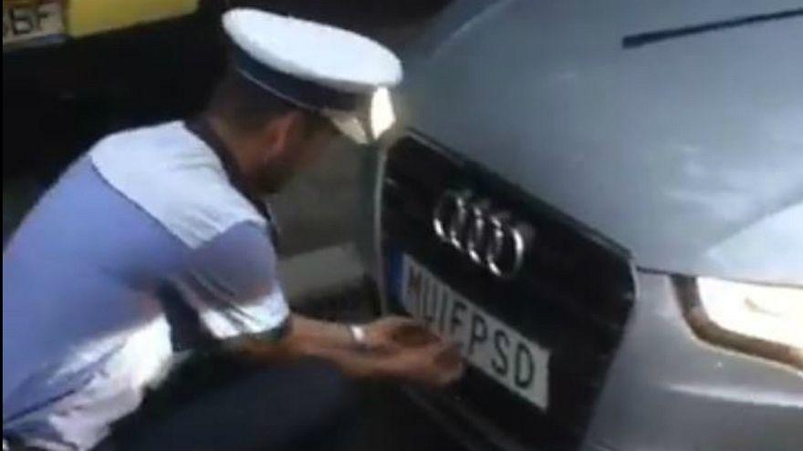 شرطة المرور في رومانيا تنزع لوحة سيارة سويدية تشتم الحزب الحاكم