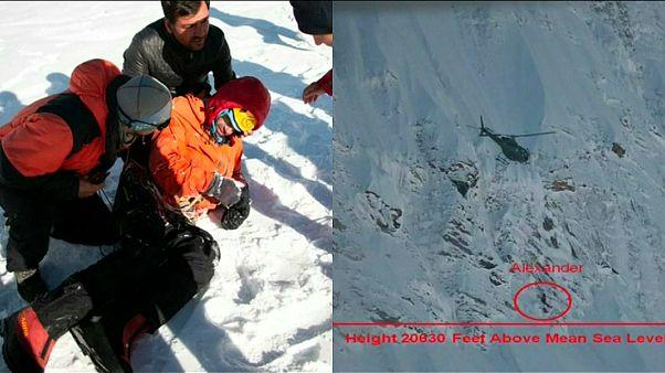 شاهد: إنقاذ متزلج روسي علق ستة أيام فوق قمة جبل في باكستان