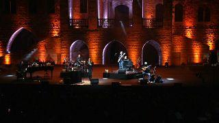 شاهد: كارلا بروني تبهر الجمهور اللبناني  بحضور زوجها ساركوزي