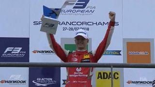 Mick Schumacher celebra o 1.º triunfo na Fórmula 3