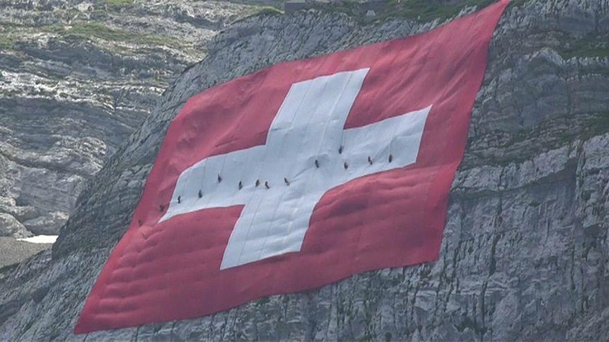 شاهد: سويسرا تبسط علما ضخماً على جبل في عيدها الوطني