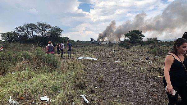 """VIDEO - Aereo precipita dopo il decollo in Messico, nessun morto """"per miracolo"""""""