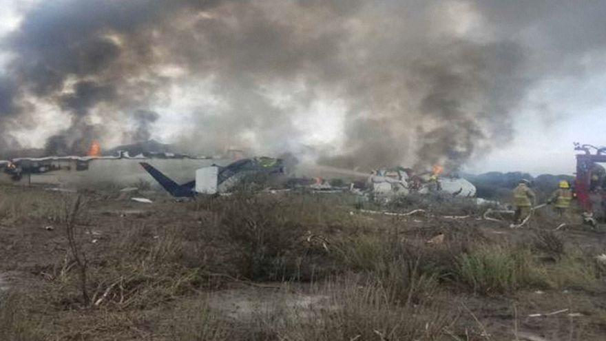 Brenndendes Flugzeugwrack nach Absturz in Mexiko